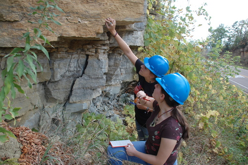 Introductory Geology Classes Take To The Field