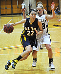 Akemi Arzouman, women's basketball action