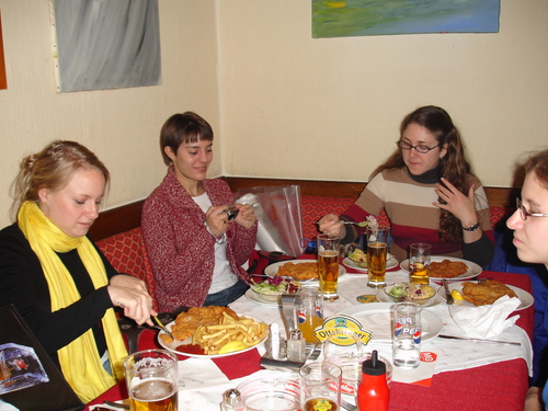 Students eating Schnitzel