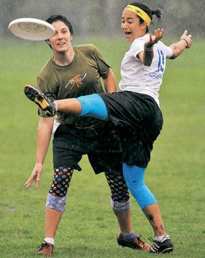 Women playing Ultimate
